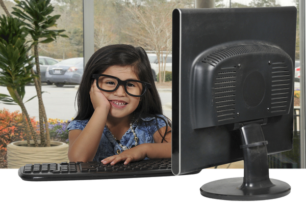 little-girl-using-computer - yay images