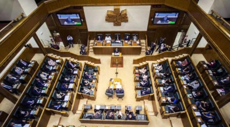 El Parlamento Vasco recuerda a Fernando Buesa y Enrique Casas, asesinados por ETA, con un minuto de silencio,