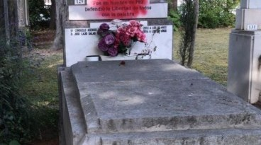 Arrojan pintura roja contra el panteón de Fernando Buesa, asesinado por ETA,