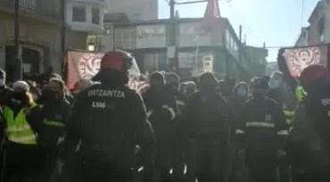 Enfrentamientos entre ertzainas y trabajadores de Tubacex tras cortar el paso del tranvía en Vitoria,