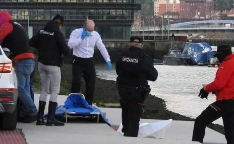 Fallece un varón tras saltar a la ría en Bilbao para escapar de la Ertzaintza al ser sorprendido manipulando un vehículo,