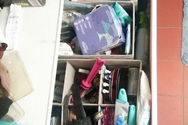 Kirsten schafft Ordnung in der Schublade