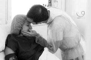 Pareja besa a su mujer antes de entrar a una cesarea