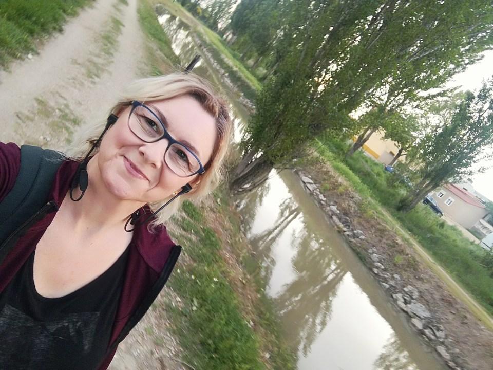 Mujer paseando por el canal