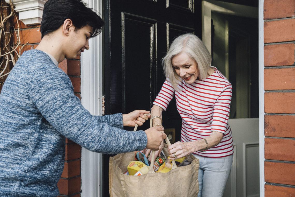 Vecinos se ayudan en cuarentena