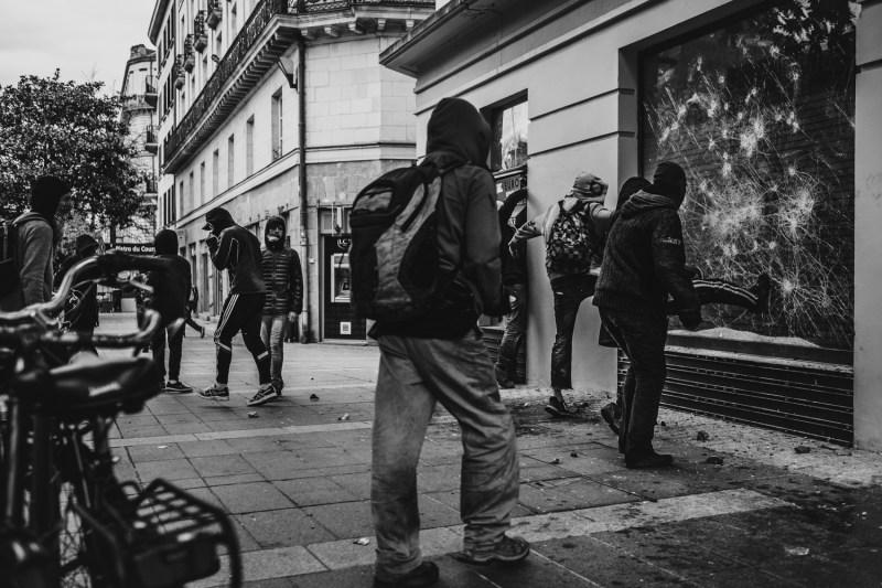 Des jeunes saccagent un bâtiment.