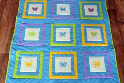 Modrá deka s motýlky