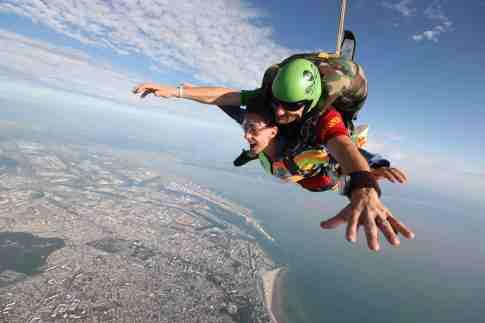 Amandine a adoré sauter en parachute, alors maintenant à qui le tour...