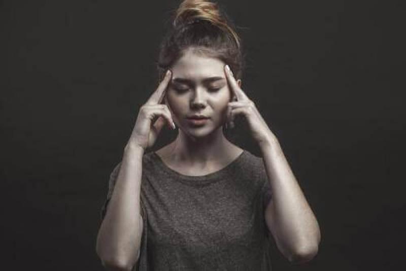 femme-reflechissant-pensant