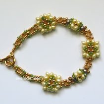 Two Hole Bead Bracelet--Free beaded bracelet pattern featuring the two hole es-o mini bead