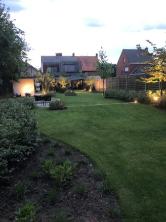 avondsfeer speelse tuin 2