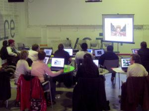 Un atelier sur poste informatique avec des responsables associatifs