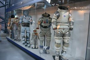 800px-Spacesuit_prototypes_Air_and_Space_Museum_Udvar-Hazy_Center
