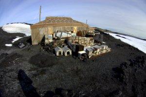 Shackleton_hut_at_Royds