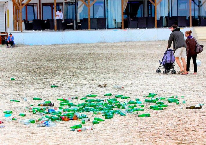 Pete de culoare pe nisip. Foto: Cuget Liber