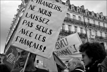 etrangers-ne-nous-laissez-pas-avec-les-français-bleu-et-orange-manifestation