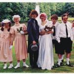 le groupe marcel et son orchestre - intérieur de la pochetrte de l'album crane pas t'es chauffre. LEs membres du groupe pose pour une photo de mariage. La moitié sont en homme, l'autre en fille.