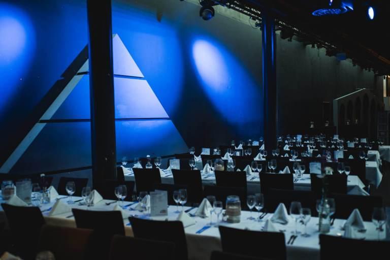 kompltte Einrichtung mit blauem Hintergrund