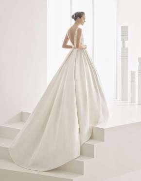 VESTIDO DE BROCADO FANTASIA ESCOTE BARCO ROSA CLARÀ 2017 Elegante y cautivador diseño incluido en la nueva colección de vestidos de novia de la firma Rosa Clará para 2017.