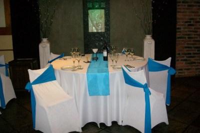 Mesas con Manteles en Blanco y Azul ideal para eventos de despedidas de egresados, Bat y Bar Mitzvah, Comunion y muchos más