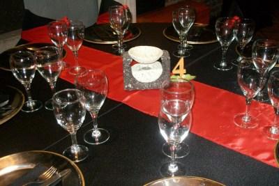Sillas Revestidas y Mantelería en Negro y Rojo ideal para eventos formales, reuniones, aniversarios y empresariales en Buenos Aires Capital Federal Floresta