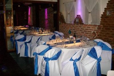 Mesas con Manteles en Blanco y Azul ideal para eventos de despedidas de egresados, Bat y Bar Mitzvah, Comuniones y muchos más