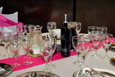 Mesa con mantelería Rosa y Blanca
