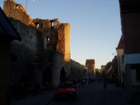 Solen går ned bag byens mure