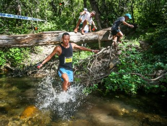 The leading men's teams of the 2017 Dryland Traverse make their way through the obstacle course, which runs along the Hoeksrivier, on Stage 3. Photo by Oakpics.com.