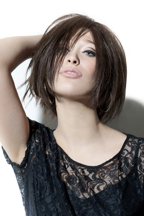 The basic shape of the style is provided by a generously layered cut and for an edgy look, a steep angled fringe is cut in to frame the face, giving the look. Kinnlange haare frisuren