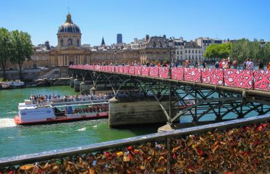 Pont des Arts bridge in Paris featuring eL Seed's artwork