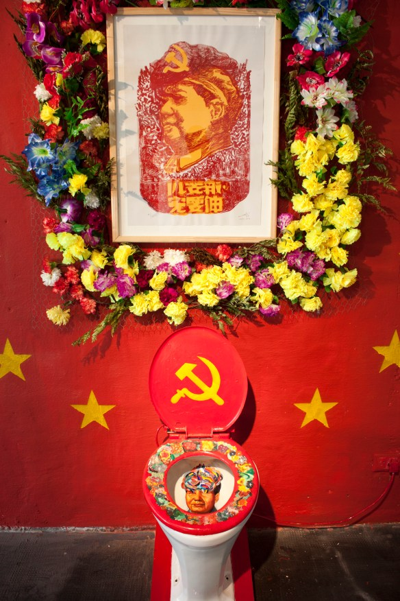 celebration of the sacred appearance of Mao Tse Tung on porcelain toilet_detail3_instalation_2014_dinamica exhibition motin