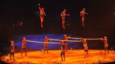 Image: Cirque du Soleil performers throwing acrobats into the air