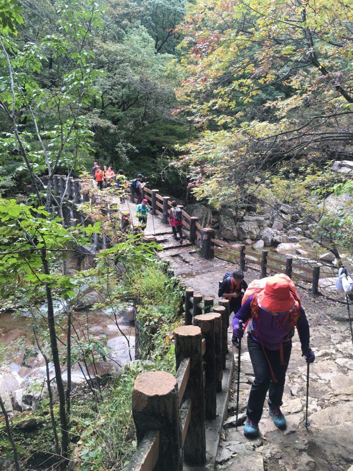 seoraksan national park biseondae hike crowds 700x933 - Hiking in Seoraksan National Park - Biseondae