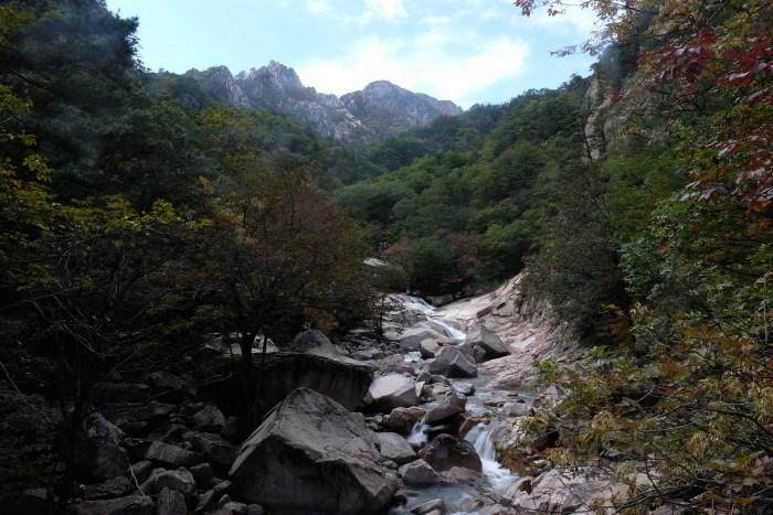 seoraksan national park hiking river 700x467 - Hiking in Seoraksan National Park - Biseondae