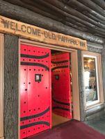 Die Eingangstuer zum Hotel Old Faithful