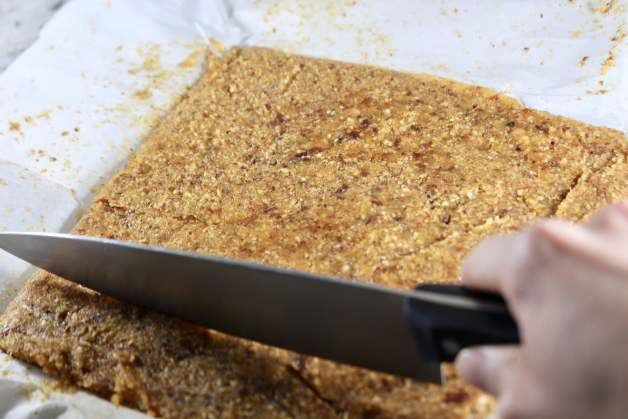 Slicing Healthy Apricot Almond Bars (Homemade Larabars) #homemadelarabars #apricotbars #fruitbars