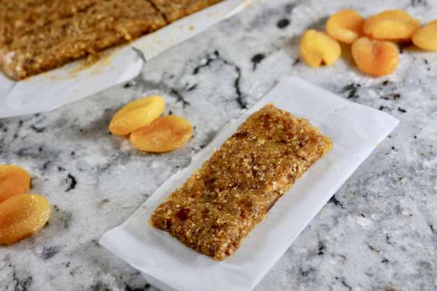 Healthy Apricot Almond Bars (Homemade Larabars) #homemadelarabars #apricotbars #fruitbars