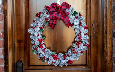 HOW TO MAKE A SNOWY PINECONE BERRY WREATH