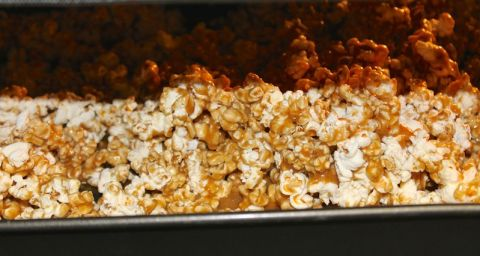 Caramel popcorn in the oven