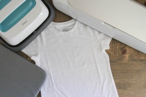 Everyday Party Magazine Simple T-Shirt DIY with Cricut Patterned Iron On #CricutMade #DIYShirt #ThatsDarling #Dogs #PolkaDots
