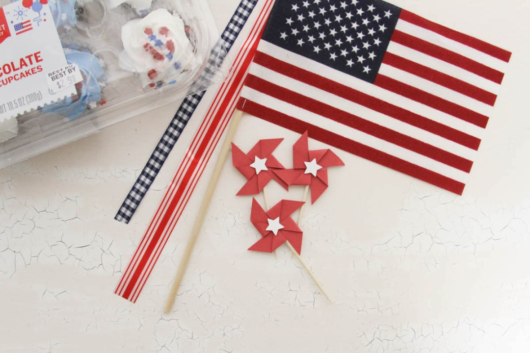 Everyday Party Magazine Simple Patriotic Cupcake Toppers #Patriotic #4thOfJuly #CricutMade #Pinwheels #Americana
