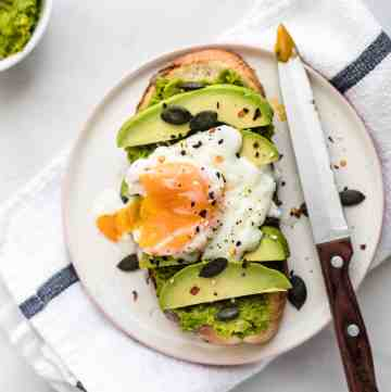 Pea Mash on Toast- the new green toast you'll obsess over. 5 minutes to make, super healthy and delicious! #peas #toast #breakfast #healthy #healthyrecipes