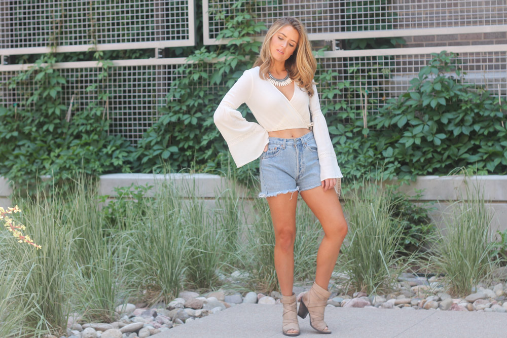 amber from every once in a style in boho shorts summer outfit