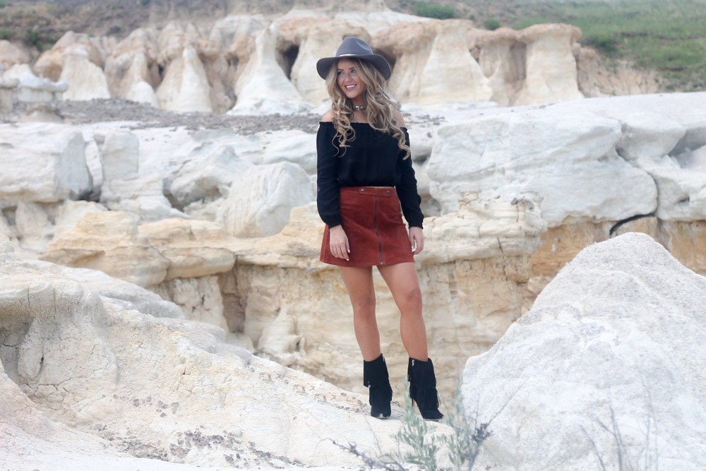 Amber from every once in a style  wearing a forever 21 suede skirt and sam edelman Belinda fringe boots  at the Paint Mines