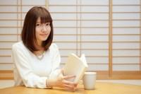 英単語を勉強する女性