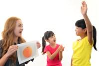 小学生が英語を外国人から習う様子