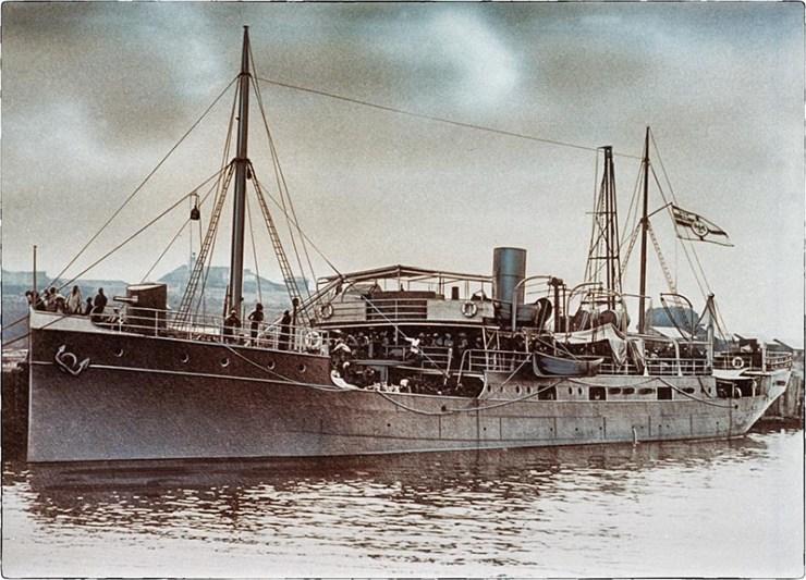 Graf Götzen, die spätere MS Liemba, im Kriegseinsatz 1915: Die Kanone war eine Attrappe.