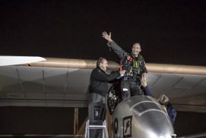 Bertrand Piccard, mit André Boschberg (li), im Cockpit nach der Landung der Solar Impulse in Washington D.C. / F: Solar Impulse