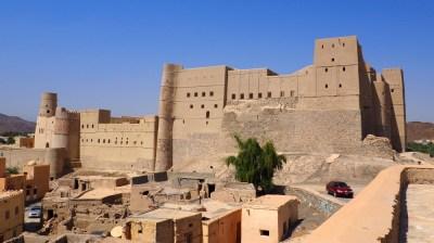 Blick auf das Bahla Fort im Oman aus einiger Entfernung